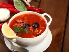 Солянка - это одно из немногих русских блюд, в которых простота сочетается с богатством и эффективностью.Для моей простейшей версии домашней солянки можно взять мясной или куриный бульон, копчену…