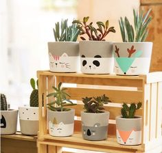 Painting Flower Pots Diy Plants 34 New IdeasConcrete pots with animals - PlantsLa imagen puede contener: planta e interiorpots a decorer Painted Plant Pots, Painted Flower Pots, Concrete Crafts, Concrete Garden, Diy Planters, Garden Planters, Plant Decor, Diy Home Decor, Decor Crafts