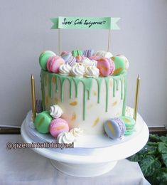 (@gizemintatlidunyasi): 💚 #macaron #macaroncake #nakedcake Macaron Cake, Macarons, Pasta Cake, Cupcake Cookies, Cake Pops, Cake Pop, Macaroon Cake, Cakepops
