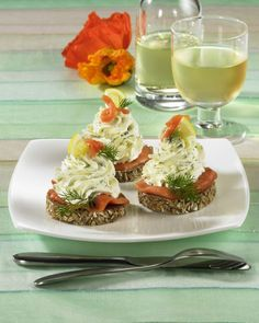 Meerrettich-Lachs-Taler Our popular recipe for horseradish salmon thalers and over more free recipes on LECKER. Party Food And Drinks, Snacks Für Party, Horseradish Recipes, Snack Recipes, Cooking Recipes, Masterchef, Party Finger Foods, Food To Go, Party Buffet