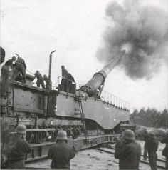 Operation of a German railroad gun. A well trained crew could expect to fire a round every four minutes or so. Railway Gun, Ww2 History, Rail Car, Panzer, Armored Vehicles, World War I, Military Vehicles, North America, Historia