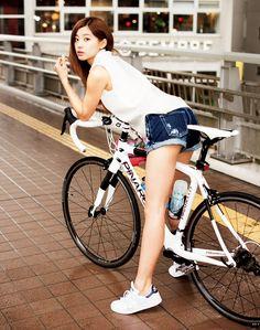 朝比奈彩:自慢の自転車で美脚美女が登場!|ウーマン(グラビア・モデル・アスリート)|GQ JAPAN