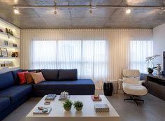sala-de-estar-sofa-estante-iluminação-trilhos-spots-estilo-industrial (Foto: Julia Ribeiro/Divulgação)