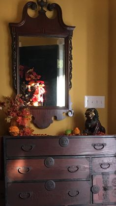 #fall #interiordesign #interior #interiordecorating #gold #goldwalls #autumn #classic #falldecorating #decor #warm #tones #harvest #halloween #thanksgiving #foodog #fallfoliage #foliage #details #beautiful #wreath #autumnwreath #fallwreath #wallcolor #paint #richgold #goldwalls #asiandesign