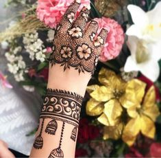 Flower Arm Mehndi Design Mehndi henna designs are always searchable by Pakistani women and girls. Women, girls and also kids apply henna on their hands, feet and also on neck to look more gorgeous and traditional. Henna Hand Designs, Dulhan Mehndi Designs, Mehendi, Mehndi Designs Finger, Wedding Henna Designs, Engagement Mehndi Designs, Latest Bridal Mehndi Designs, Mehndi Designs For Girls, Modern Mehndi Designs