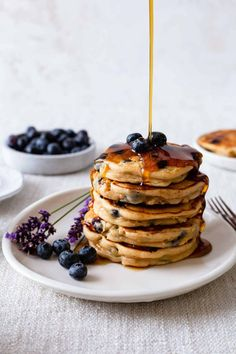 Serve up these blueberry peanut butter pancakes for breakfast. A homemade pancake recipe that is light, moist, and bursting with peanut butter flavor. Pancakes Vegan, Blueberry Protein Pancakes, Peanut Butter Pancakes, Homemade Pancakes, Breakfast Pancakes, Breakfast Recipes, Snack Recipes, Nutella Pancakes, Blueberry Breakfast