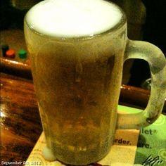 このカチカチに凍ったビール呑んで帰ります。 痩せない訳だ。#frozen#mug#sanmig#light#draft#beer#philippines#フィリピン#ビール
