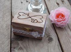 Ringbox-Ringkästchen-Ringschatulle  Dieses bezaubernde, gravierte Holzkästchen trägt zwei ineinander übergenhende Herzen mit den Initialen des Brautpaares. Innen ist das Hochzeitsdatum...