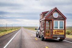"""A Tiny House tem uma área de pouco mais de 11 m² e um mezanino (com cama), medindo mais 5,5 m². pequeno, o trailer é uma adaptação do casal norte-americano Jenna Spesard e Guillaume Dutilh, para o modelo Cypress-20, da empresa Tumbledweed Houses (www.tumbleweedhouses.com/products/cypress), que desenvolve projetos de casas """"pé na estrada"""""""