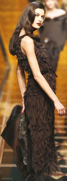 Valentino I elegant ! Brown Fashion, Look Fashion, Runway Fashion, High Fashion, Fashion Design, Pantone, Beautiful Gowns, Beautiful Outfits, Estilo Fashion