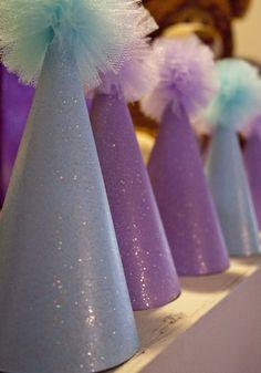 Gorritos de fiesta decorados con pompones de tul. #FiestasInfantiles