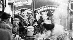 Der Hamburger Dom 1954. Viele Jahre fotografierte Walter Lüden mit der Leica, deren Möglichkeiten er bis an die Grenzen ausreizte, indem er zum Beispiel auf dem Dom im Dämmerlicht fotografierte oder nasse Straßen mit tausend Reflexen