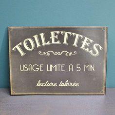 Décoration style Vintage humouristique pour cette plaque en métal, décor de WC, Inscriptions Rétro sur fond noir en vente dans la boutique en ligne CosyDéco.