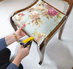 Ein Hochbett aus Ikea Kallax RegalenThese examples prove that with proper design, a home short on floor space can be functional. Reupholster Furniture, Furniture Upholstery, Paint Furniture, Furniture Makeover, Cool Furniture, Ikea Kallax Regal, Tadelakt, Furniture Covers, Furniture Restoration