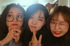 I : Yoojung, Somi et Sohye se retrouvent pour une soirée pyjama Mode Ulzzang, Ulzzang Korean Girl, Ulzzang Couple, Crazy Friends, Cute Friends, Ullzang Girls, Ioi Members, Korean Best Friends, Tumblr Bff