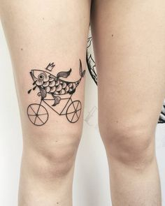 """358 Me gusta, 7 comentarios - Cosmic tattoos with love (@eugeniekasher) en Instagram: """"""""A woman without a man is like a fish without a bicycle."""" ✌ . Thank you Marie and all the…"""""""
