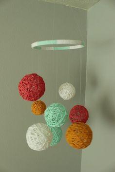 Çok seveceğiniz bir proje. Çocuklarınızın odası için yapabilirsiniz. Daha önce sizlere pinpon topundan ışık topu yapımını göstermiştik. Aynı teknikle örgü