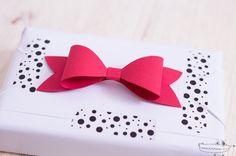 Un obsequioespecial lo es aún más si ponemos especial atención a la hora deenvolver los regalos. Hoy os traemos un modo sencillo y original de darles un toque especial con un preciosolazo para regaloque podéis hacer con papel, cartulina, papel...