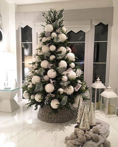 29 christmas tree inspiration on a farmhouse christmas 11 Elegant Christmas Trees, Easy Christmas Decorations, Christmas Tree Design, Christmas Tree Themes, Noel Christmas, Beautiful Christmas, Holiday Decor, Xmas Trees, Natural Christmas Tree
