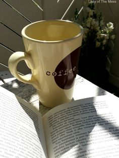 kirja, kahvikuppi, valo ja varjot - www.ladyofthemess.fi