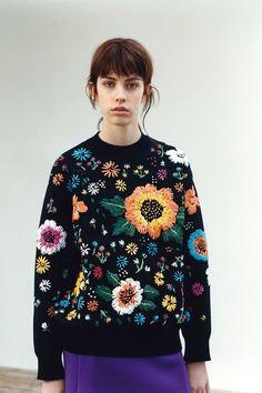 Clonados y pillados: de cuando Zara se enamoró del jersey con flores bordadas de Victoria Beckham | Trendencias | Bloglovin'