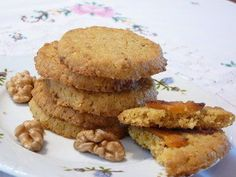 Kukoricás, diós keksz:kb. 40 kekszhez: 20 dkg kukoricaliszt, 10 dkg darált dió, 15 dkg nádcukor vagy barna cukor, 3 tojás sárgája, 18 dkg vaj, 1 citrom reszelt héja, kevés fahéj, csipet só   Összedolgozzuk,  Két részre osztjuk, kb. 5 cm vastag hengerekké sodorjuk őket, és egyenként alufóliába sodorjuk, mintha egy hatalmas szaloncukor lenne. egy órát pihentetjük. Majd, kicsomagoljuk és kb. fél cm vastagságú korongokra vágjuk őket.   180 fokos sütőben kb. 8-10 perc alatt kisütjük őket.