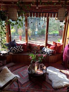 12 amazing style of hippie house with cheerful color that can bring more fun interior and bohemian atmosphere in to the house. Bohemian House, Boho Home, Hippie Home Decor, Bohemian Porch, Bohemian Room, Bohemian Living Rooms, Interior Exterior, Inspired Homes, Home Decor Accessories