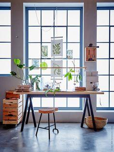 Naturligt stimulerande arbetsplats med skrivbordet GREBBESTAD / RYGGESTAD, SINNERLIG pall med korkdyna. Ovanför skrivbordet en upphängd rundstav med GRUNDTAL S-krok, för nära förvaring.