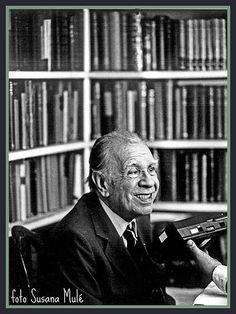 Jorge Luis Borges (Buenos Aires,1899 – Ginebra,1986) fue un escritor argentino, uno de los autores más destacados de la literatura del siglo XX. Publicó ensayos breves, cuentos y poemas. Su obra es fundamental en la literatura y en el pensamiento universal. I Love Books, Books To Read, My Books, Book Writer, Book Reader, Fiction, How To Read People, Bookstores, Celebs