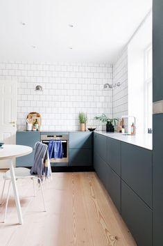 """""""Vi prøver lidt at være på forkant og tænke nyt"""" - luxury kitchen Living Room Kitchen, Home Decor Kitchen, Rustic Kitchen, Kitchen Furniture, New Kitchen, Cheap Furniture, Kitchen Ideas, Furniture Ideas, Furniture Nyc"""