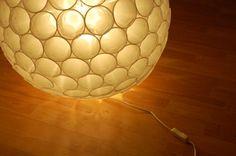 lámpara con vasos de plástico