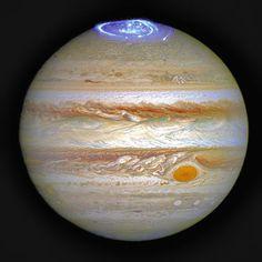ハッブル宇宙望遠鏡がとらえた木星のオーロラ。紫外線データに着色し、別に撮影した木星の写真に重ねている(NASAなど提供)