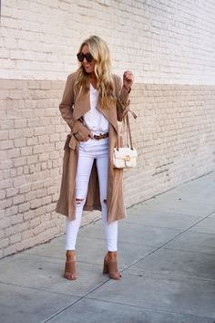 White tee, white jeans, mules and a trench coat mode sommer Mode Outfits, Chic Outfits, Fall Outfits, Fashion Outfits, Boho Fashion, Winter Fashion, Petite Fashion, Curvy Fashion, Style Fashion
