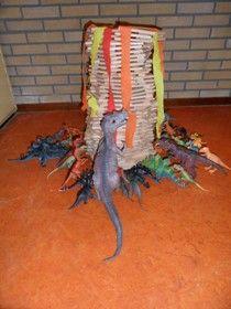 Een vulkaan met kapla blokjes in de bouwhoek.  http://www.jufjanneke.nl/wordpress/tijd-van-dinosaurussen/