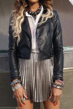 jaqueta de couro + saia plissada
