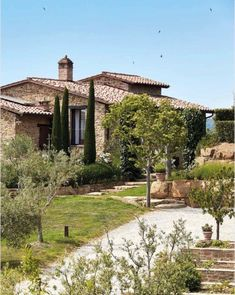 Country house in Umbria Mediterranean Homes Exterior, Hacienda Homes, Tuscan House, Backyard Garden Design, Stone Houses, Menorca, Facade House, Big Houses, Classic House