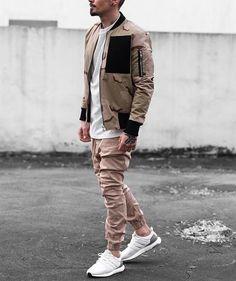 Calça Jogger. Macho Moda - Blog de Moda Masculina: CALÇA JOGGER MASCULINA: Dicas de Onde Comprar no Brasil. Moda Masculina, Moda para Homens, Roupa de Homem, Street Wear. Jaqueta Bomber Camuflada, Calça Jogger de Sarja Bege, Adidas Ultra Boost,