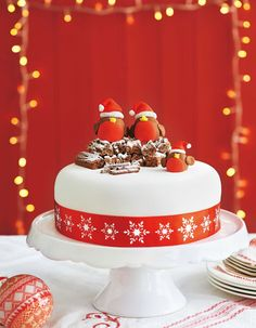 When your cake is ready for icing why not try this cute Robin version? Find out how with our masterclass christmas cake Christmas Cake Designs, Christmas Cake Decorations, Christmas Cupcakes, Holiday Cakes, Christmas Desserts, Christmas Treats, Chocolate Christmas Cake, Xmas Cakes, 3d Cakes