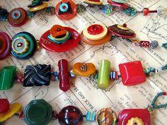 Bakelite button jewelry ideas love it! Cute Jewelry, Jewelry Crafts, Jewelry Art, Beaded Jewelry, Handmade Jewelry, Jewelry Ideas, Jewlery, 90s Jewelry, Seashell Jewelry