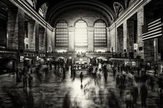 Last April, photographer Alex Teuscher captured some of the most iconic, tourist-packed locations on the globe : New York, its streets and architecture. Photography Essentials, City Photography, New York Images, New York Cityscape, Visit New York City, Black And White City, Nyc, Portrait, Black And White Photography
