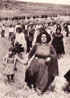 Sardegna Orgosolo - Il 27.5.1969 sui muri del paese viene affisso dalle autorità un avviso in cui si invitano i pastori che operano a Pratobello di trasferire il bestiame altrove perché, per 2 mesi, quell'area sarà adibita a poligono di tiro dell'Esercito Italiano. Il 19 giugno 3.500 cittadini iniziano l'occupazione dei campi nella località di Pratobello. Dopo alcuni giorni di occupazione, nei quali non si verificò alcun episodio di violenza, l'esercito si ritirò…