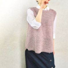 UraUe pattern by Natsuko Iida : UraUe is a relaxed-fit vest worked seamlessly from the top down. It combines Half Fisherman's rib and Stockinette stitch and can be worn reversibly. Knit Vest Pattern, Sweater Knitting Patterns, Free Knitting, Knitting Ideas, Workout Vest, Wool Vest, Knitting For Beginners, Knit Crochet, Fashion Outfits