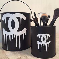 """""""Porta Pincéis e Baldinho Chanel Inspired! Produtos Fashion para sua casa! Não dá pra perder! Peça já o seu: ateliercasaemesa@gmail.com  Vídeos dos…"""""""