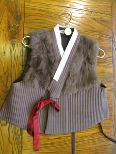 Creative Korean traditional Hanbok vest with fur. Korean Traditional Dress, Traditional Outfits, Korean Dress, Korean Outfits, Modern Hanbok, Culture Clothing, Vogue Korea, Chinese Clothing, Funky Fashion