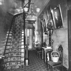 Victorian American hallway interior showing gas light lamp, stair runner and rods Victorian Hallway, Victorian Rooms, Victorian House Interiors, Victorian Life, Victorian Furniture, Victorian Decor, Vintage Interiors, Old Pictures, Old Photos