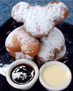 Mickey Beignets at Ralph Brennan's Jazz Kitchen in Disneyland -- These look amazing. Mickey Beignets at Ralph Brennan's Jazz Kitchen in Disneyland -- These look amazing. Disney Desserts, Snacks Disney, Disney Dishes, Disney Recipes, Best Disneyland Restaurants, Comida Disneyland, Best Disneyland Food, Disneyland Resort, Chicago Restaurants