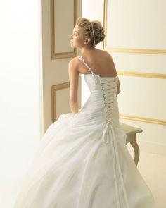 128 TEATRO / Wedding Dresses / 2013 Collection / Luna Novias (close up back)