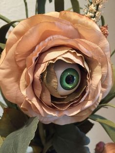 "Make Your Own Creepy Eyeball Flower Arrangement Tolles How-to mit Links. [Bild von ""Make Your Own Creepy Eyeball Flower Arrangement""] Halloween Flower Arrangements, Halloween Flowers, Halloween Eyeballs, Scary Halloween Decorations, Halloween Home Decor, Creepy Halloween, Halloween House, Halloween Crafts, Halloween Ideas"
