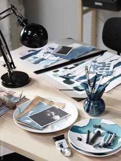Creëer een creatieve hoek in de woonkamer | IKEA IKEAnl IKEAnederland wooninspiratie inspiratie interieur wooninterieur kamer creativiteit decoratie decoratief accessoires accessoire STOCKHOLM 2017 theelichthouder vaas FORSÅ bureaulamp BEHAGA bord schilderen kwast kwasten schilderij kunst