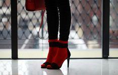 chica con tacones y calcetas rojas